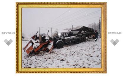 Под Тулой КамАЗ столкнулся с пассажирским поездом