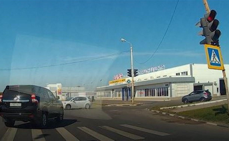 В Туле внедорожник грубо нарушил ПДД, проехав на красный