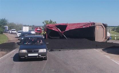 На Веневском шоссе в Тульской области перевернулся грузовик