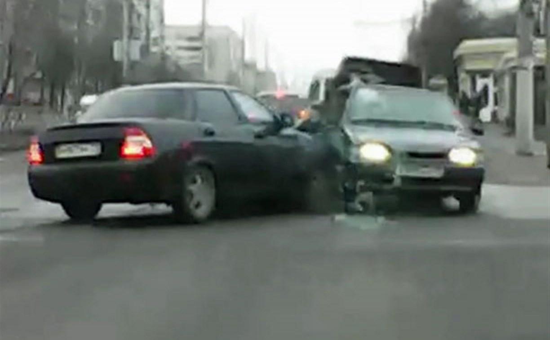 Видеорегистратор снял ДТП с вылетевшим на тротуар ВАЗом на ул. Ложевой в Туле