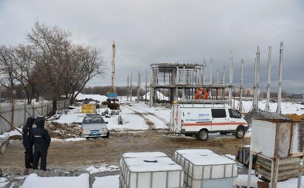 В результате падения 11 плит на Новомосковском шоссе пострадали трое строителей, один погиб