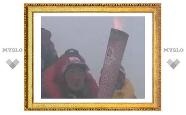 Олимпийский огонь покорил высочайшую вершину мира