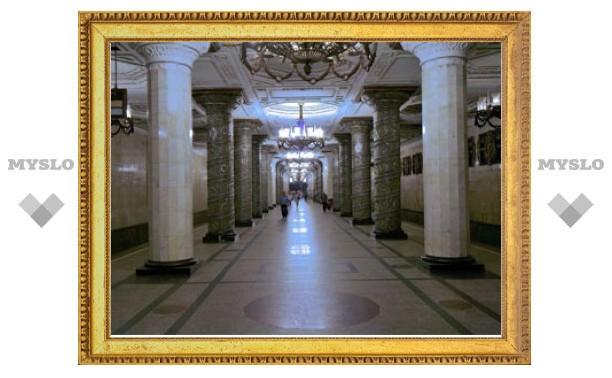 Чиновник почитает Чехова для пассажиров метро