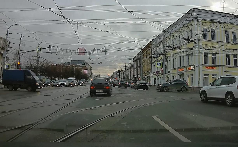Накажи автохама: в центре города торопыга на «Ладе» проехал на красный свет