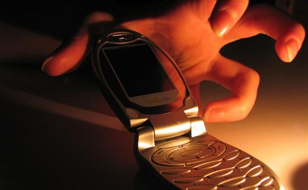 Ночью в Новомосковске парень украл несколько мобильников