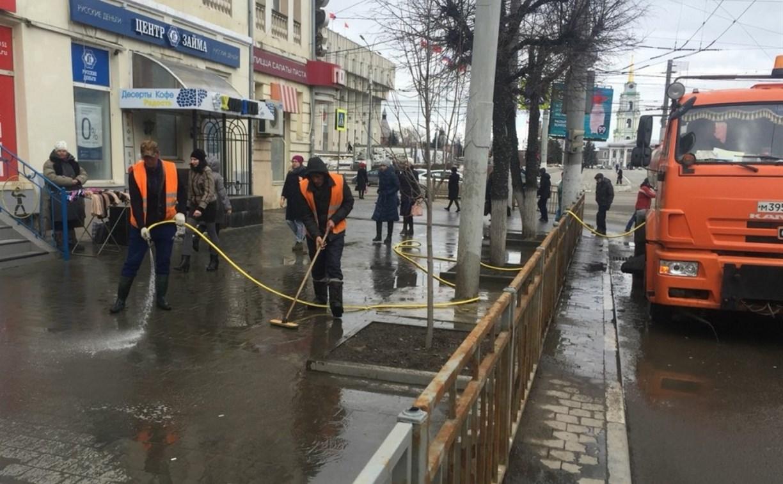 В Туле начали мыть тротуары с шампунем