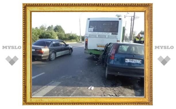 В стоящий на въезде в Тулу автобус врезалась иномарка