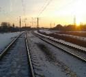 Грузовой локомотив врезался в легковушку на железнодорожном переезде