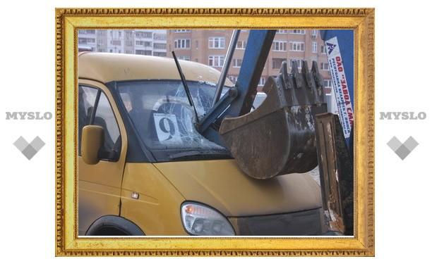 В Туле маршрутка наткнулась на ковш трактора