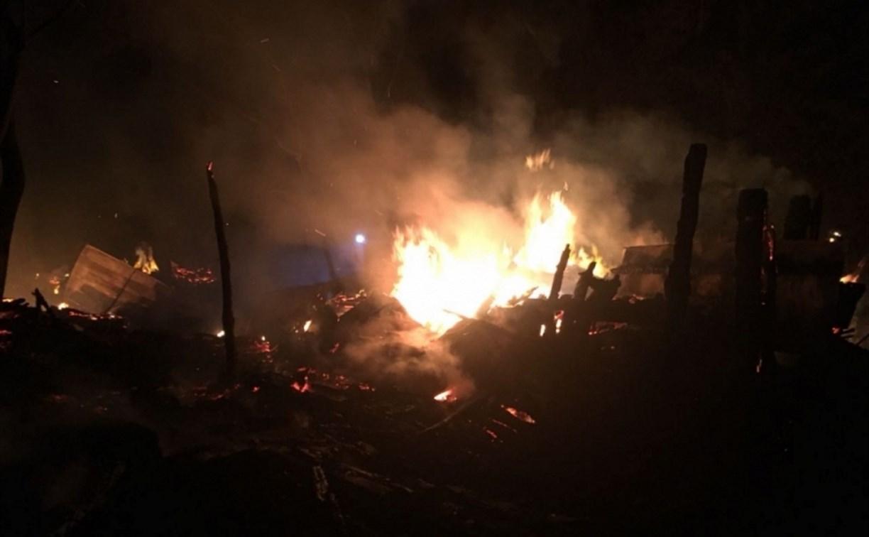 В Алексине горящие сараи тушили больше получаса