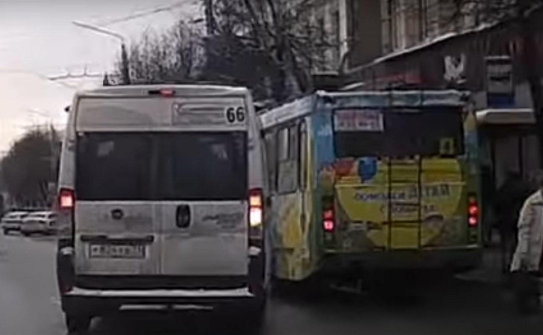 В Туле маршрутка высадила пассажиров посреди дороги и проехала на красный свет