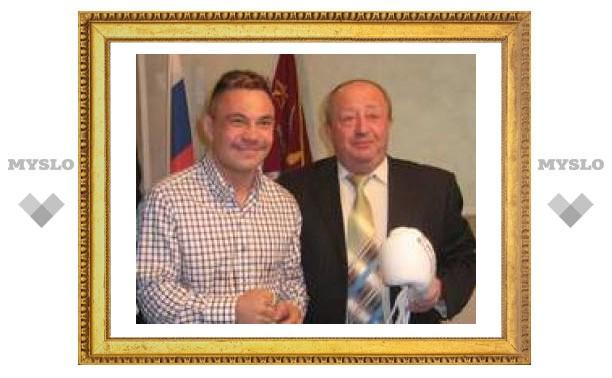 Костя Цзю подарил мэру Тулы боксерские перчатки