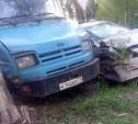 На улице Токарева в Туле ЗИЛ врезался в иномарку и дерево