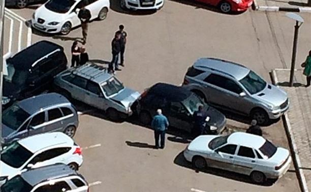 У ТД «Фролов» «Калина» перелетела через ограждение и снесла три авто на стоянке