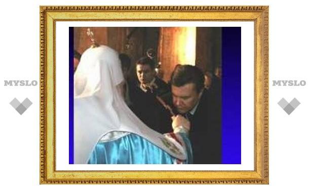 Янукович поцеловал крест из рук главы одной Церкви, но от другой его за это не отлучат