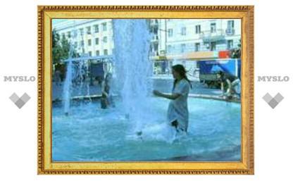 Тулячки купаются прямо в фонтане!
