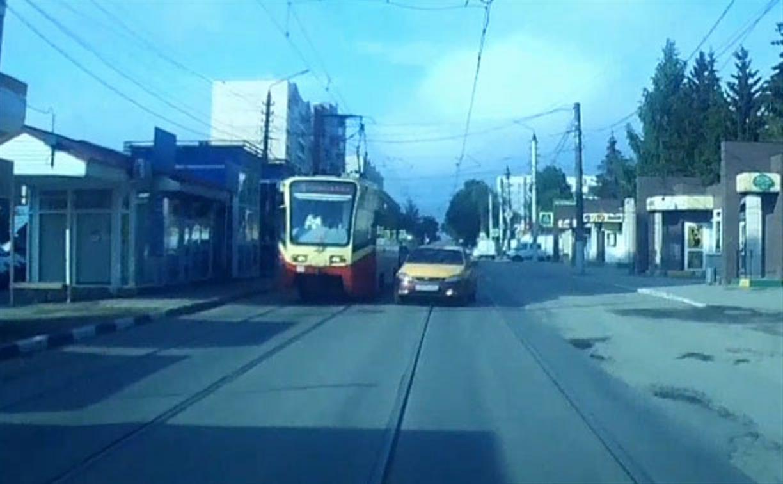 «Накажи автохама»: туляков не пугают аварии на трамвайных путях
