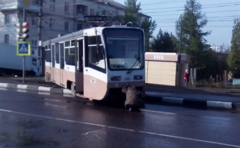 Причиной схода трамвая с рельсов стал металлический обломок