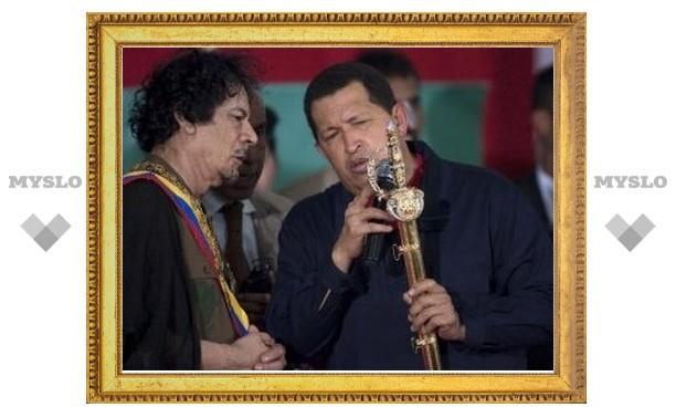 Чавес наградил Каддафи и подарил шпагу, инкрустированную тремя тысячами драгоценных камней