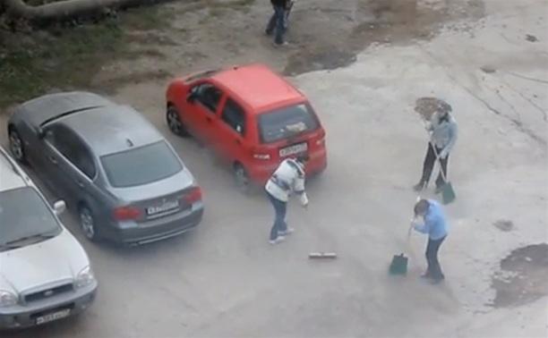 Песок после укладки плитки в Туле сметали прямо под припаркованные машины
