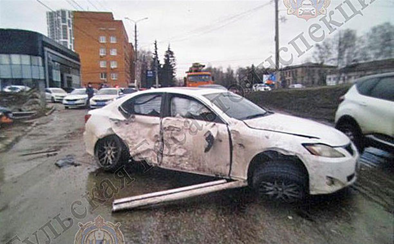 В Туле Lexus влетел в припаркованную Mazda