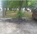 Дорожные рабочие заняли парковку кучей асфальта