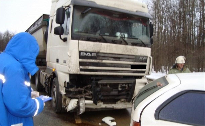 В аварии с грузовиком пострадали два человека