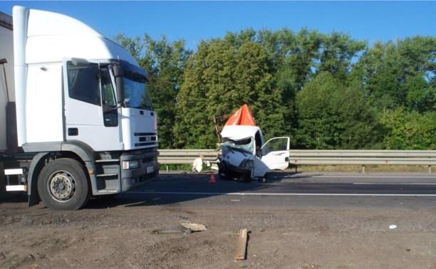 На трассе «Дон» легковушка протаранила грузовик