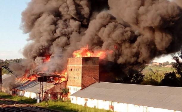 В Алексине сгорело заброшенное зернохранилище