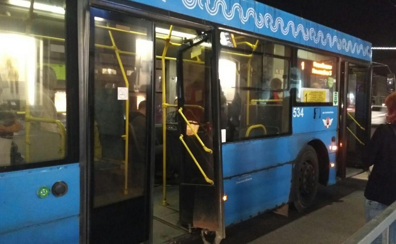 Возвращаясь с праздничного концерта, туляки выломали дверь в троллейбусе: видео