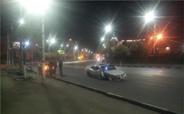 Ночью в Туле иномарка влетела в ограждение возле цирка