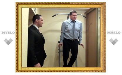 Мэр Тулы отжимается на брусьях прямо в кабинете