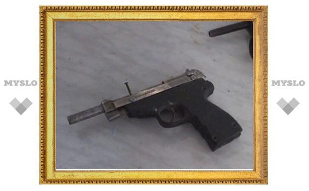 Пытаясь продемонстрировать самодельный пистолет, туляк случайно прострелил другу ногу