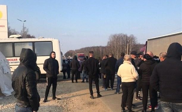 На въезде в Орловскую область туляков осматривают медики: на трассе километровые очереди