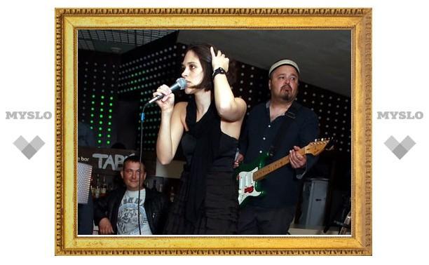 Женя Любич спела в «Табу» на трех языках