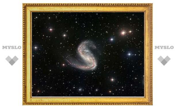 Астрономы изучили искаженную галактику