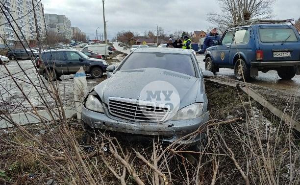В Туле Mercedes повалил фонарный столб