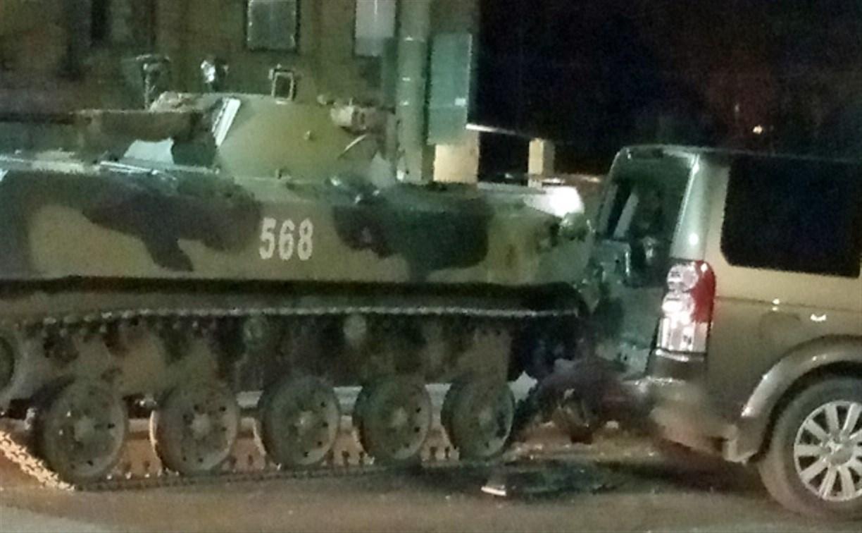 На ул. Октябрьской в Туле столкнулись БМД и внедорожник