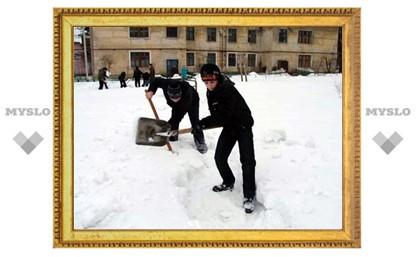 В Суворове школьники чистят дворы от снега