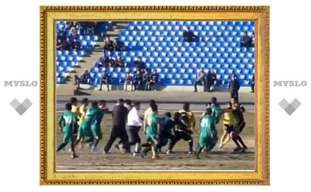 Таджикских футболистов дисквалифицировали за избиение арбитра
