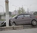В Туле на Пролетарском мосту «Киа» врезалась в столб и повисла на бордюре