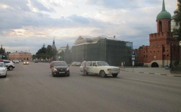Напротив кремля водитель ГАЗ сбил двух пешеходов