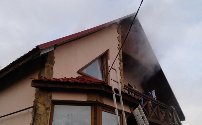 В Заокске семеро пожарных тушили чердак частного дома