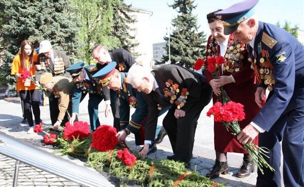 День Победы в Туле стартовал с возложения цветов к Вечному огню на площади Победы