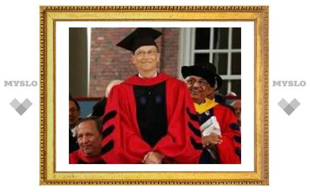 Билл Гейтс получил на руки диплом Гарварда