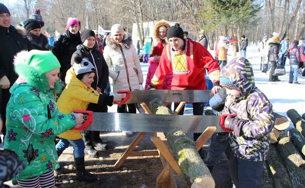 Туляки устроили в парке битву мешками и пляски под Верку Сердючку