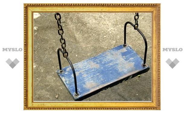 В Тульской области ребенок погиб, упав с качелей