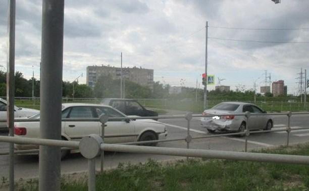 В Туле автомобиль «Ауди» врезался в стоящую на светофоре «Тойоту»