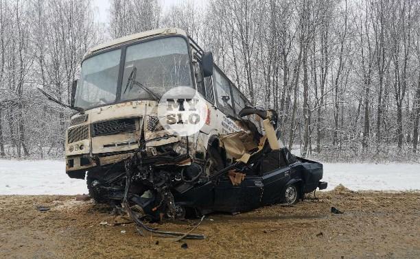 Серьезная авария на трассе М2 под Тулой: пассажирский автобус смял легковушку