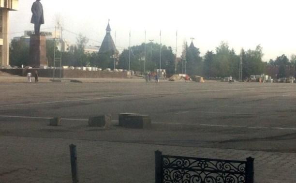 Вандалы разрушили стелу на площади Ленина